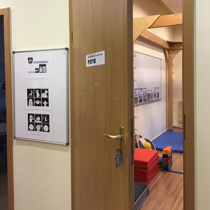 Sala do Zajęć z terapii metodą Integracji sensorycznej, korytarz